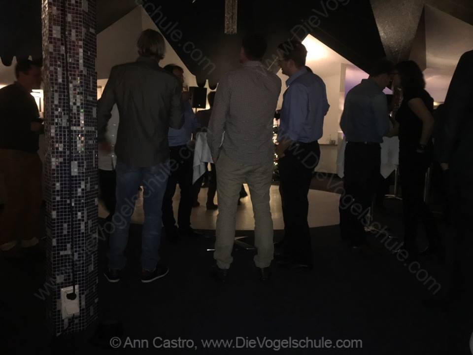 Eigentlich wollte ich die Tanzfläche fotografieren. Aber da sich die Jungs einfach so vor meine Nase gestellt haben, gibt es halt stattdessen ein Popo-Bild. Alle unterschiedlich und alle knackig. :-D (von links nach rechts): Frank Weber (hundkatzemaus), Lars Schwellnus (Kameramann) und Dr. Michael Lierz