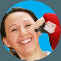 Papageienexpertin Ann Castro mit dunkelrotem Ara